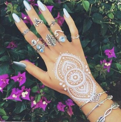 Witte henna tattoo